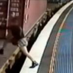 Chciała wskoczyć do jadącego pociągu!