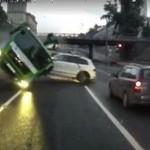 Kierowca ciężarówki PRZECIĄŁ jezdnię!