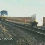Pijak prawie wpadł pod pociąg - HORROR!