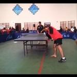 Jednoręki zawodnik gra w ping ponga
