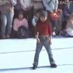 Zdolna dziewczynka tańczy na ulicy