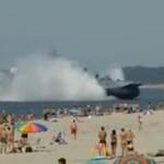 Największy na świecie poduszkowiec cumuje na plaży