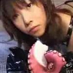 """Japonka w lateksowym stroju kota """"erotycznie"""" zjada ośmiornicę (TYLKO dla ODWAŻNYCH dorosłych!)"""