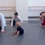 Dziecko uczy tańca nowoczesnego