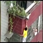 Sąsiad ratuje dziecko
