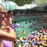 Tysiące Azjatów na basenie
