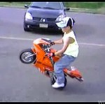 Mały robi ewolucje na motorku