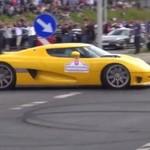 Idiota w Koenigseggu wjeżdża w tłum