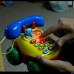 Dorośli bawią się zabawką dla dzieci