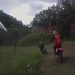 Pościg uzbrojonych policjantów za rowerzystami rajdu Enduro