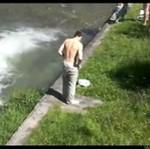 Wykąpał się... w ogromnej kałuży! (18+)