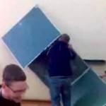 Demontaż tablicy w polskiej szkole