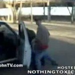 Z prostytutką na masce samochodu