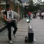 Niesamowity uliczny performer