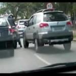 Walka motocyklisty z kierowcą - jak na ringu!
