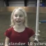 Ta dziewczynka kocha zachowywać się... jak koń!