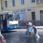 Matka i dziecko PRZYKLEJENI do ulicy!