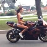 Piękna dziewczyna w bikini na Suzuki GSX-R