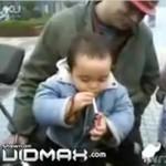 Mały Chińczyk pali papierosy!