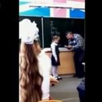 Dziewczynka uczy nauczyciela cierpliwości