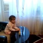 Czy to dziecko ogląda... PORNO!?
