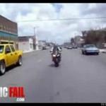 Wpadka motocyklisty - roztrzaskał się!