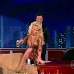 Pamela siada na fotelu