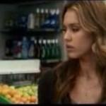 Jessica Alba bije paparazzi!