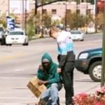 Każdy bezdomny dostał 100 dolarów!