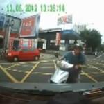 Wściekły motocyklista rozbił szybę w aucie!