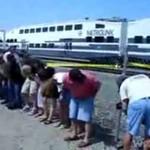 Ludzi przywitali pociąg... GOŁYMI TYŁKAMI!