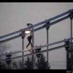 Wspina sięna Most Grunwaldzki - JEST PRAWDZIWYM HARDKOREM!