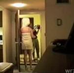 Otworzyła mu w ręczniku