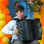 Niepozorny dzieciak ZARZYNA akordeon!