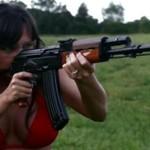 Brunetka w bikini strzela z Tantala