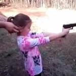 Ojciec uczy córkę strzelać