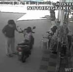 Zostawił małą dziewczynkę na motocyklu!