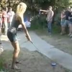 Blondynka i jej wybitny strzał