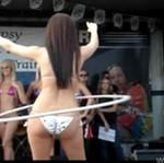 Konkurs hula hop - tylko dla dziewczyn w bikini!
