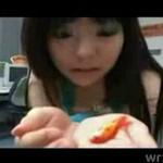 Słodka Japonka zjadła złota rybkę