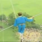 Artysta spaceruje pomiędzy balonami