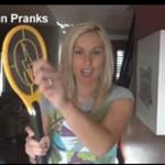 Nikki i John bawią się elektryczną paletką na owady