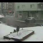 Chodnik ZAPADŁ SIĘ pod ciężarem śniegu!