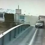 Auto STOCZYŁO SIĘ z mostu!