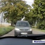 Pozbywa się śmieci z auta - IDIOTA!