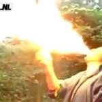 Idiota bawi się w miotacz ognia