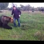 ROSJA - mężczyzna BAWI SIĘ z niedźwiedziem!