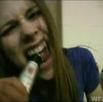 Avril Lavigne pijana jak świnia