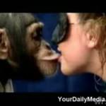 Pocałowała szympansa!