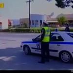 Policjant łapie motocyklistę
